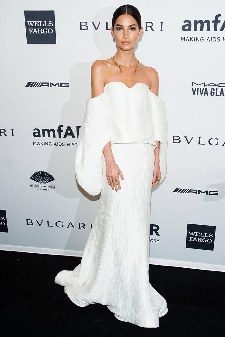 Lily Aldridge, el bellísimo ángel de Victoria's Secret y esposa del cantante de Kings of Leon Caleb Folowill, apareció ante los fotógrafos con un deslumbrante vestido en blanco roto de Rosie Assoulin con escote palabra honor.