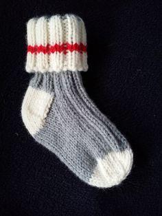 Dans ce Pdf se trouvent toutes les instructions en français pour tricoter une paire de bas pour bébé de 0 à 6 mois.