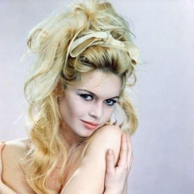 Capelli raccolti cotonati - Hairstyle del'attrice dall'effetto spettinato, con onde morbide sulle lunghezze