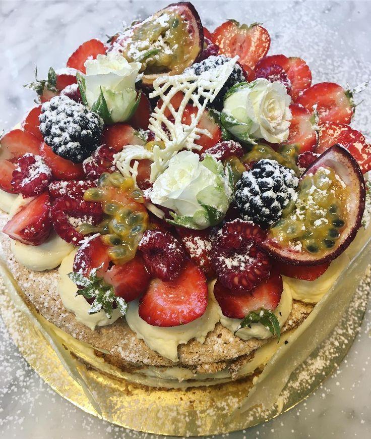 Idag har vi en tårta till butiken som innehåller hasselnötsmaräng och passionfruktsmousse med färska bär! Först till kvarn!  Välkomna