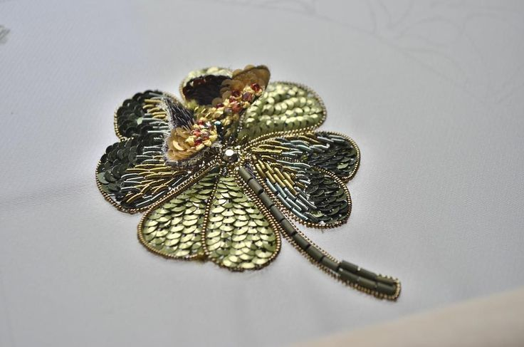 Готовлюсь к мк по скайпу. Вышивка клевера с миниатюрной бабочкой. #lunevilleembroidery #шелк #сваровски #embroidery #sequin