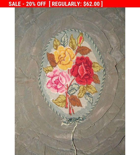 Questo top cuscino dal 1920 o giù di lì è più probabile francese... Oh, i colori e la petitpoint teeney di Rose... puoi solo morire? Il volant di seta su questo pillow top è un bellissimo saggio che vira al verde bottiglia (colori di cambiamenti nellilluminazione... molto carino). Il petitpoint di seta femminile è un bel po di lussureggiante affari rosa, rosso e giallo, con un enorme, colorato mazzo di Rose nel centro. Immaginate una falda impunture questo per suo boudoir... Non so se aveva…