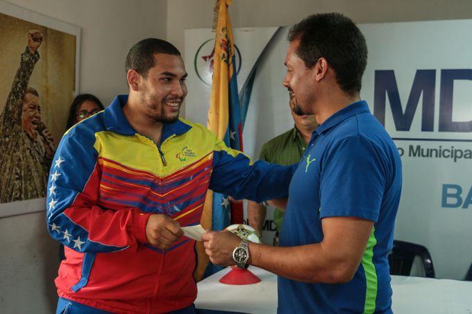 Atletas libertadorenses recibieron becas de la mano de Juan Perozo #Deportes #Ultimas_Noticias