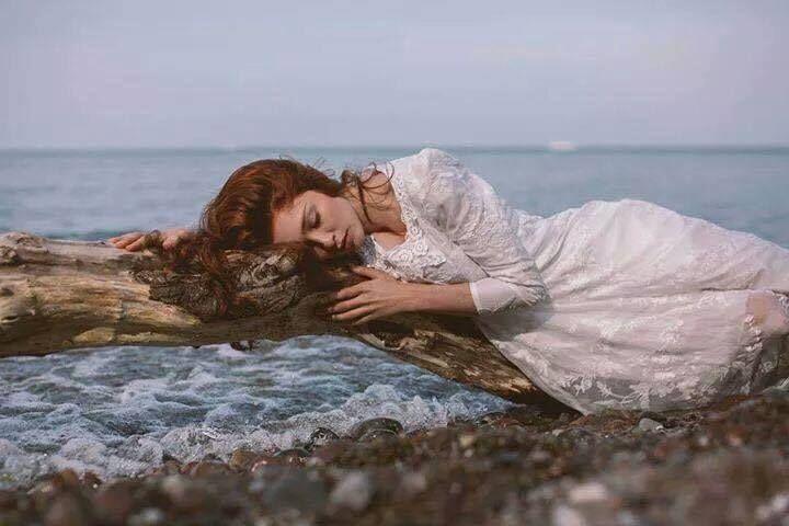 """Ruhum çok yorgun yine..Dinlenecek bi liman lazım..  Dalgalar hırpaladı bedenimi..Yenileyecek bi usta lazım.  Kayalara çarpa çarpa yosun tuttum..Sözleriyle temizleyecek bi yürek lazım..  Bi dost, bi sevgili ya da belki beni hiç tanımayan bi yabancı lazım......  Bi """"sen """" l...azım şimdi ama..Ama şimdi şu anda lazım."""
