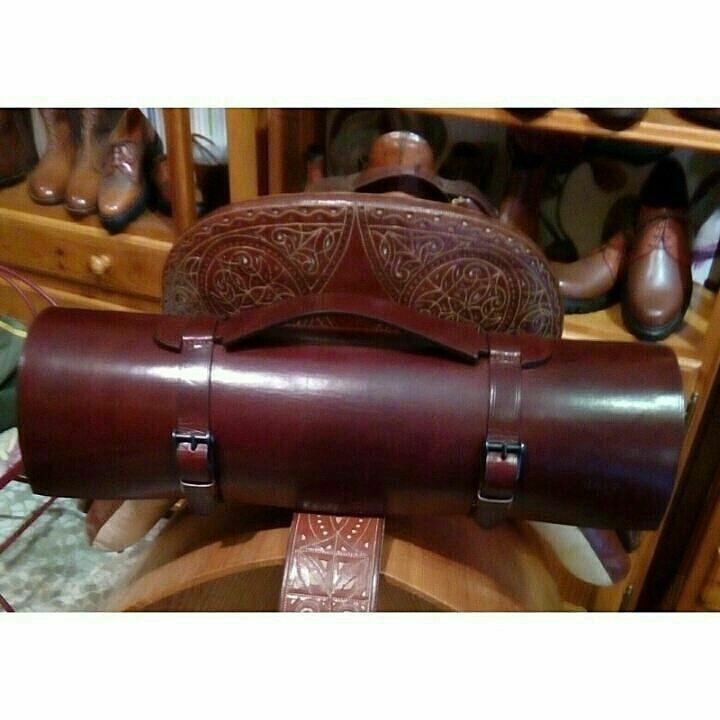 Porta capote cosido y corte a mano, realizado en cuero de curticion vegetal.  http://m.guarnicionerialopez.com/guarnicionerialopez_producto.php?nid=2  #handicraft #artisan #leathercraft #leather#leatherwork   #leathergoods #custom#handcut #handsewn