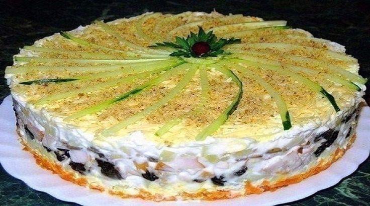 Acest tort de salată va ocupa cel mai important loc de pe masa festivă! Datorită aspectului său nemaipomenit și gustului incredibil, invitații dumneavoastră vor fi încântați! Îndrăzniți să încercați această rețetă delicioasă! INGREDIENTE: -400 g de piept de pui; -150 g de prune uscate; -2 morcovi; -100 g de nuci; -4 ouă; -3 cartofi; -200 g de ciuperci Champignon; -250 g de cașcaval; -un castravete și pătrunjel proaspăt — pentru decor; -maioneză sau smântână. MOD DE PREPARARE: 1.Fierbeți…