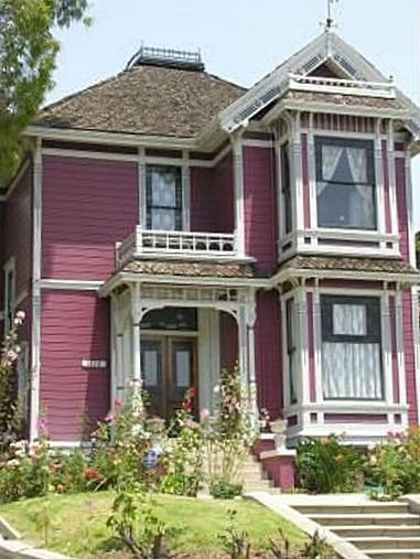 This painted Victorian is instantly recognisable to most of us as Halliwell Manor from the popular TV series Charmed. The show was set in San Francisco, but in real life it's known as the Innes House in Los Angeles, built in 1887. You can visit it at 1329 Carroll Ave, Los Angeles.