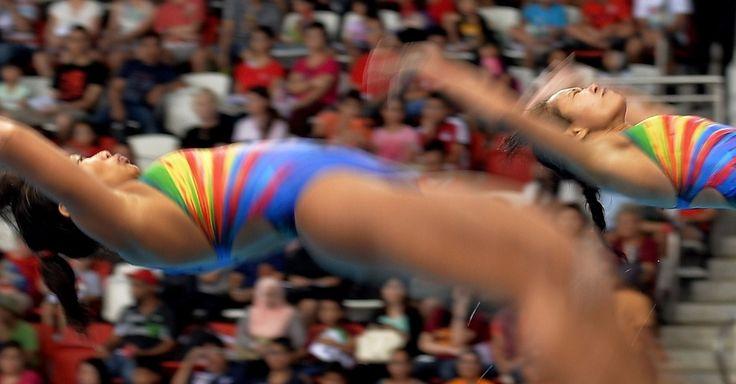 Atletas indonésias Eka Purnama Indah e Sari Ambarwati Suprihatin competem no mergulho sincronizado do trampolim de 3m durante os 28º Jogos do Sudeste Asiático, em Cingapura