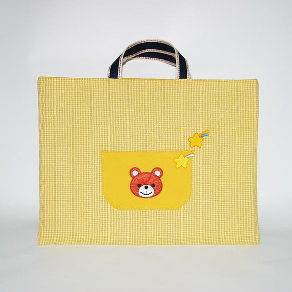 作者:さいとうさん / 底布をなくして、ポケットを追加!ポケットにはくまさんのパッチワークをつけました。 By Ms.Saito / Eliminate bottom cloth and add a pocket using patchwork of little bear.  #レシピアレンジ #bag #handmade #手づくり #ミシン #バッグ #通園 #おけいこ #recipearrangement