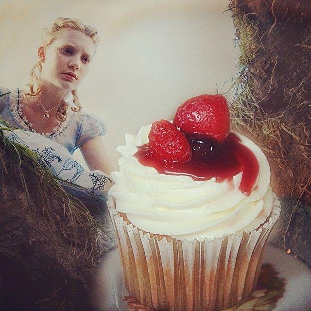 Alice: Η πρωταγωνιστρια της θεματικής μας εβδομάδας δεν θα μπορούσε να μην εχει το δικό της γλυκο. Ενα λαχταριστά cupcake με γιαούρτι, βατόμουρα και cream cheese ειναι ικανό με μια κουταλιά να σε στείλει στη Χώρα των Θαυμάτων!