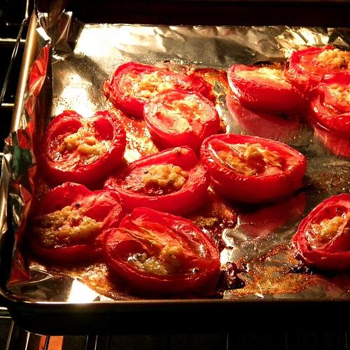 tomates grillées à l'ail pour la mise en pot