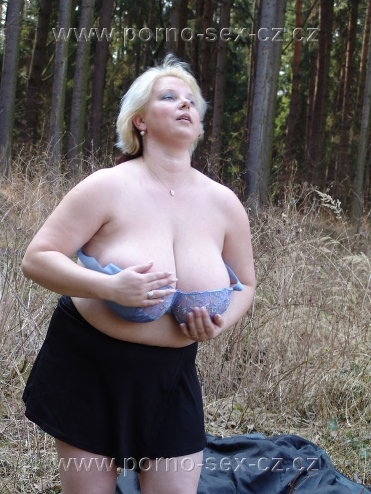 Česká amatérka, zralá žena Hana opět odhaluje svá mega velká prsa v prostředí přírody. A že je opravdu na co se koukat.