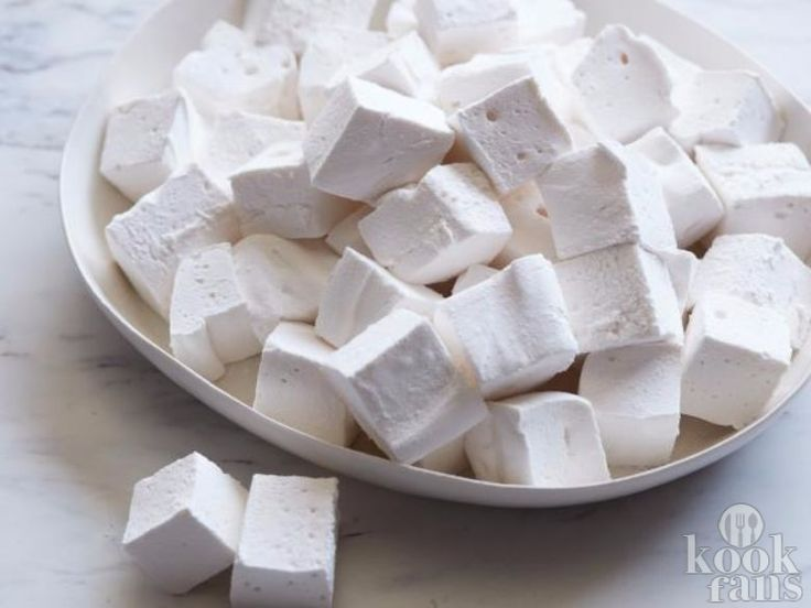 Deze marshmallows zijn veel lekkerder dan die uit de supermarkt Het is weer zomer en dat betekend lekker lang buiten zitten als het weer het toe laat. Vaak komt er dan een vuurkorfje bij en daar hoort natuurlijk marshmallows roosteren bij! Daarom kan je nu lekker genieten van zelf gemaakte marshmal