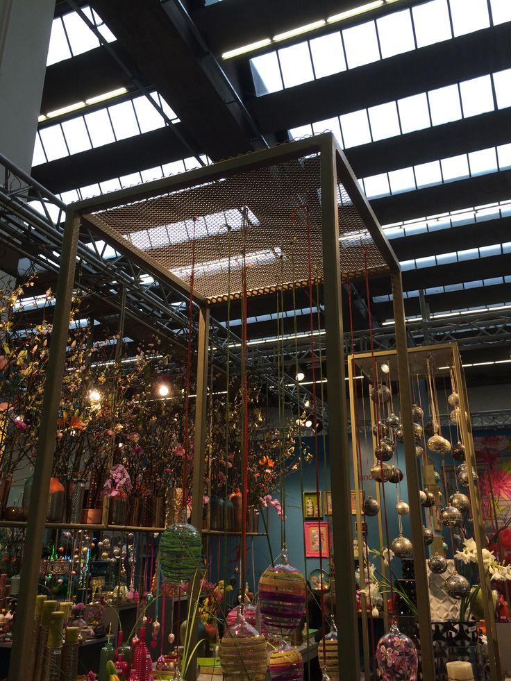 Metalen frames met hangende decoratie.