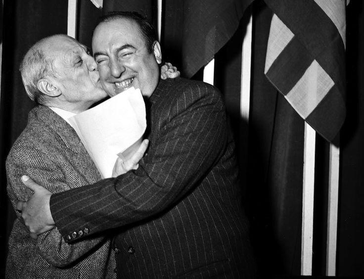 """Il pittore spagnolo Pablo Picasso bacia il poeta e scrittore cileno Pablo Neruda alla fine del congresso dei """"Partigiani della pace"""" a Parigi, il 25 aprile 1949. Pablo Neruda nacque a Parral il 12 luglio 1904. (AP Photo)"""