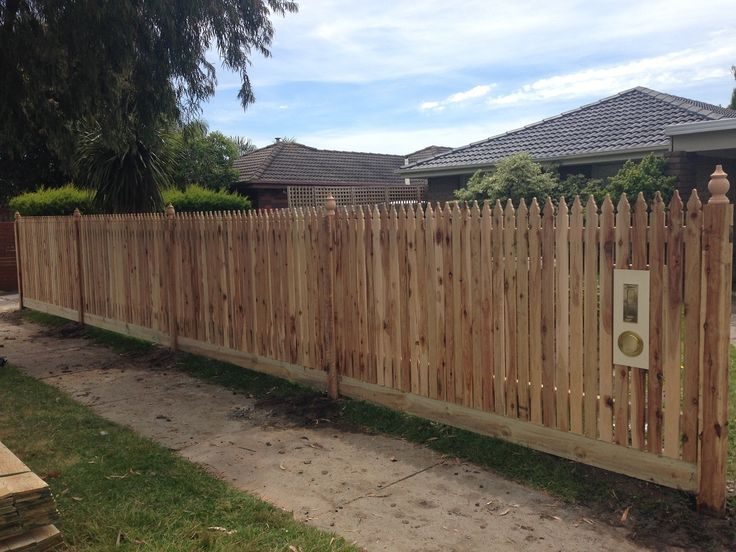 Vertical windsor picket front feature fence with exposed posts and capitols with letterbox. Styles of fences