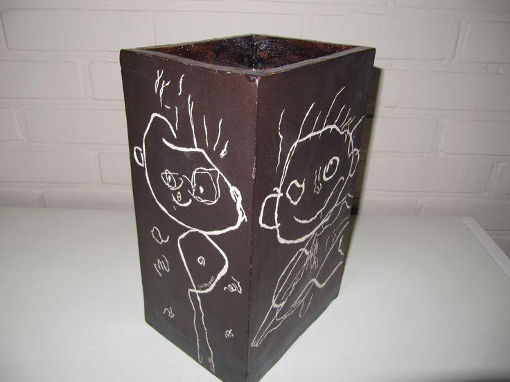 Vaas met tekening van de kleinkinderen.