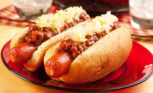 """Pão, salsicha, maionese, mostarda e catchup e temos o tradicional cachorro-quente. Algumas pessoas acrescentam vinagrete, purê de batatas, batata palha, molho de tomate, ervilhas, milho, pimentão, frango...e tem quem gosta do completão. Se você quer dar uma outra """"cara"""" par"""
