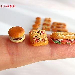 おはようございます~! いつの間にか1万フォロワーいってますね!✨ 1年足らずの間に沢山のフォローありがとうございます~♡ 今後ともよろしくお願いします😍❤️❤️ そんなわけで展示用の冷蔵系のコンビニパンが 3種類出来ました! パッケージはこれから!(笑) 美味しそうに出来たと思うのですが どうでしょ?😆 #miniature #miniaturefood  #コンビニ #コンビニフード #チーズバーガー #ピザトースト  #カスクート  #人差し指と  #ミニチュアアート展2016  #販売用も頑張って作るかなぁ