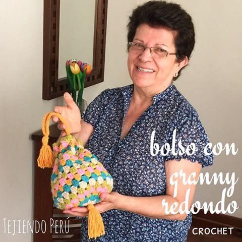 El bolsito con granny redondo tejido a crochet para mis nietas  El link al video del paso a paso está en nuestro perfil o bio!  This video includes English subtitles: crochet round granny handbag! #crochet #granny #ganchillo #instacrochet #instaganchillo #handbag #bolso
