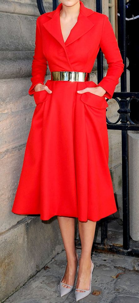 Vermelho Ousada com Cinto Dourado ~ Senhora Luxuosa~ -  /   Bold Red with Gold Belt   ~ Lady Luxury ~ -