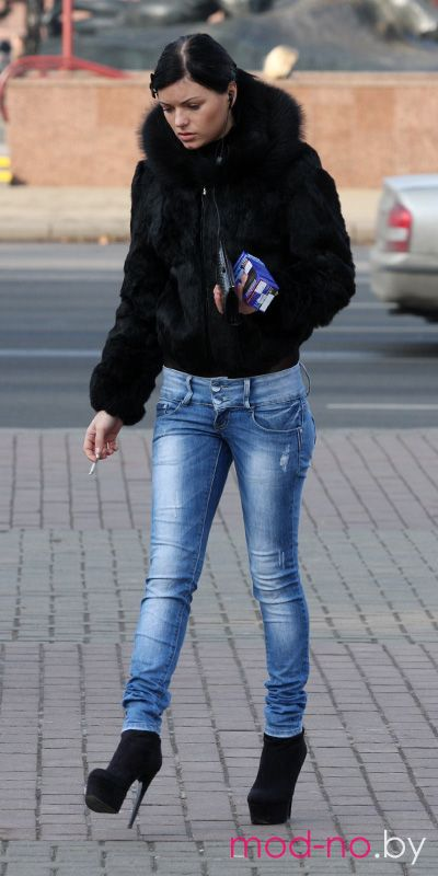 Уличная мода в Минске. Ноябрь 2012 (наряды и образы на фото: чёрная шуба, голубые джинсы, чёрные ботильоны)