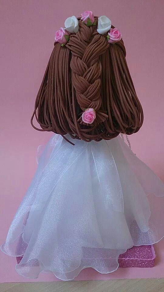 Niña fofucha de comunión. Peinado recogido con trenza y flores.