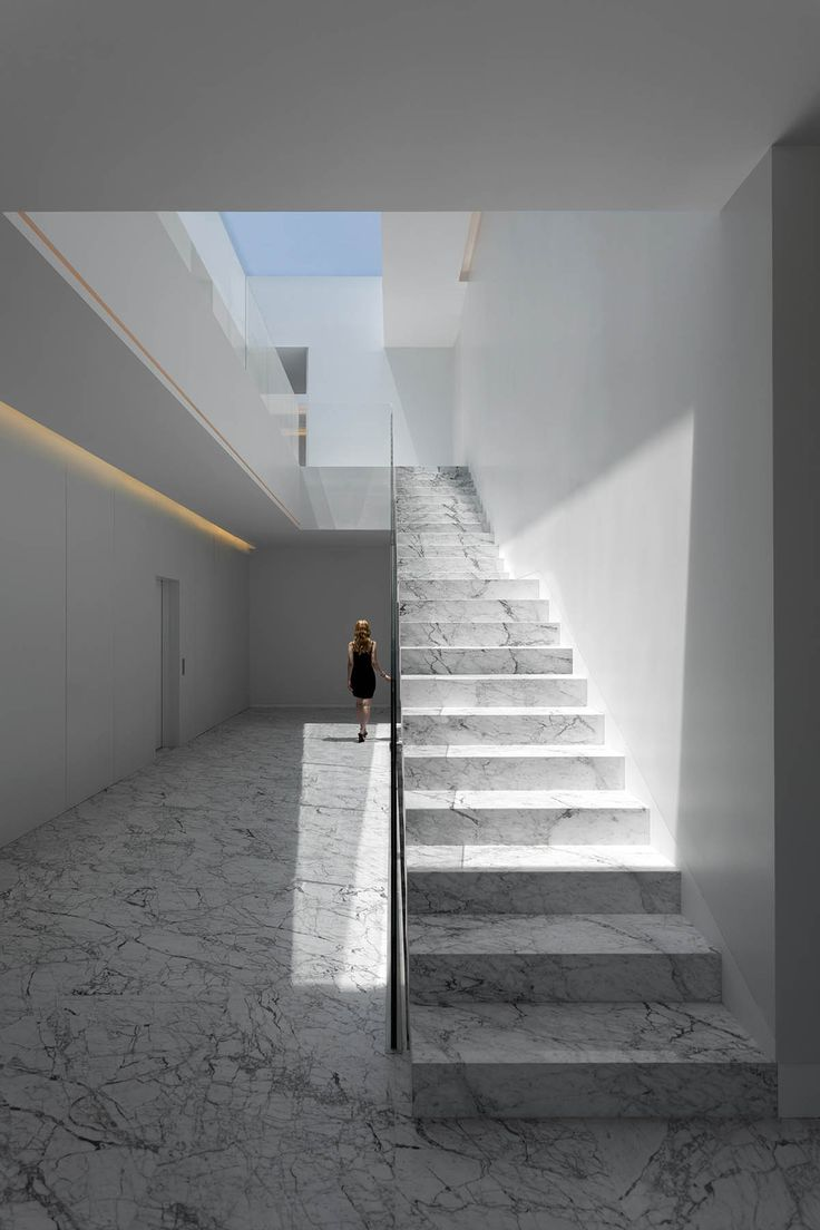 Aluminium House's dramatic cantilever produces one-storey effect designed by Fran Silvestre
