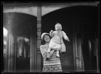 Vanessa Bell with her daughter Angelica Bell
