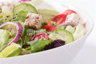 Lekka sałatka na przywitanie wiosny : sałata, pomidory,czerwona papryka,  kurczak, ser feta, ogórek, czerwona cebula, oliwki, zioła. Smacznego!