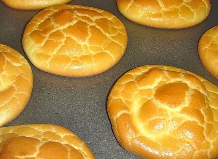 """O cloud bread ou """"pão de nuvem"""" é um tipo de pão ou panqueca proteica que está a fazer um enorme sucesso nas redes sociais. Não contém farinhas de qualquer espécie, é versátil e muito fácil de fazer. A receita original deste """"pão"""" é feita com queijo mascarpone que tem cerca de45 % de matéria …"""