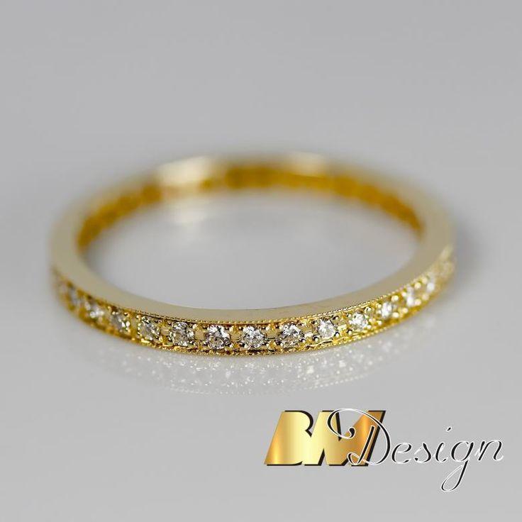 Bardzo delikatna obrączka z diamentami. Projekt i wykonanie BM Design. Zjawiskowe obrączki ślubne z diamentami. Damska obrączka bardzo delikatna, z diamentami dookoła. Męska klasyczna z zaokrąglonymi bokami. Nowoczesne połączenie Carbonu i czerwonego złota, dla Pani czerwone złoto i diamenty. BM Design Black & White #obraczkislubne #obrączki #Rzeszów #diamenty #Carbon #pierśconki #złotnik #Jubiler #naprawa #nazamówienie BM Design!