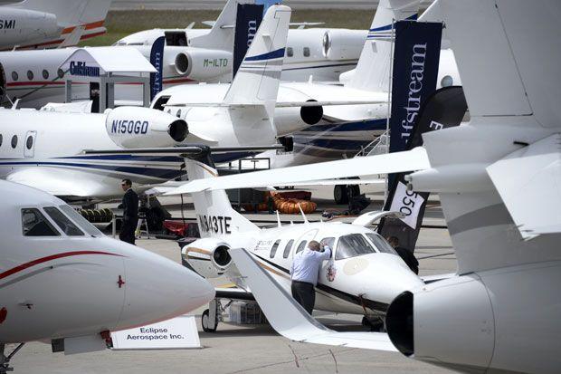 Visitante na ebace, feira de aviação executiva em Genebra (Suíça)