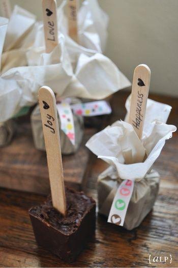 立体型のホットチョコレートスプーンは、形を生かしたラッピングを。スティックにメッセージを込めても楽しいですね。