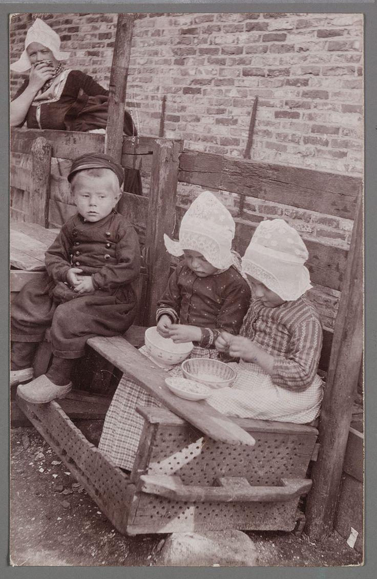 Garnalen pellen. 1905-1910. Garnalenpelsters van de Fa. Jansen. Een viskaar is…