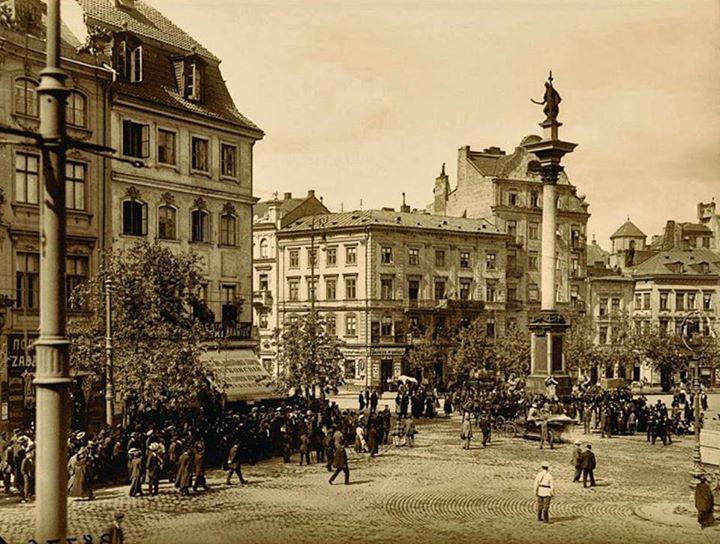 Plac Zamkowy w roku 1914. Foto: Stanisław Nofok‑Sowiński, https://www.facebook.com/photo.php?fbid=1098705910141271&set=gm.1210244845668875&type=3