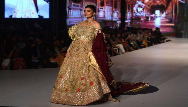 With shimmer and bling, Fashion Week Pakistan kicks off in Karachi | Pakistan - https://www.pakistantalkshow.com/with-shimmer-and-bling-fashion-week-pakistan-kicks-off-in-karachi-pakistan/ - https://i1.wp.com/www.geo.tv/assets/uploads/updates/2017-09-13/0_1_081458_album.jpg?w=640&ssl=1