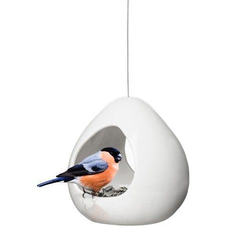 Bij dit vogelvoederhuisje Birdy van #Sagaform kunnen de vogels van twee kanten het voer eruit pikken. Onderin de bol zitten gaatjes zodat vocht / water er weer uit kan lopen. Met de staaldraad hang je hem op iedere willekeurige plek op.