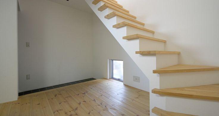 閑静な住宅街に建つ、無垢の床材を使用した優しさと温もりのあるメゾネット物件のご紹介です。玄関を開けると小ぶりですが土間が設けてあり、趣味の作業をするには嬉しいスペースです。居室の床は無垢材を使用したナチュラルテイストのお部屋です。      下階の5帖にダイニングテーブルとイスを配置する事で、上階の6.7帖の洋室をフルに活用でき、ベッドを置いても二人掛けのソファーが配置出来ると思います。水廻りは、グリル付2口ガスコンロでお料理が趣味の方には嬉しい設備。お風呂・トイレは同室ですが、壁には可愛らしいグリーンのタイルが貼られ、ゆとりも有り煩わしさは感じないと思います。また、独立洗面台もあります。      ちなみにバルコニーは無く浴室乾燥機もありませんので、洗濯物は室内干しになります。  *写真は前回募集時のお部屋のものです。  設計:ニコ設計室  (担当:うだがわ)