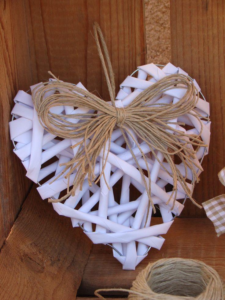 Coeur de couleur blanche fabriqué avec du fil de fer et du papier. Son petit noeud en fibres naturelles décorera à ravir votre intérieur ou celui de vos amis. Il sera mis enc - 17932571