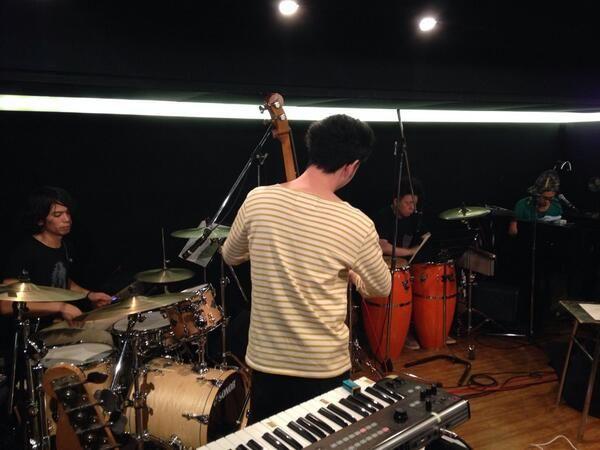 本日、シュローダーヘッズ 、6/1渋谷WWWワンマンに向けてのリハーサル中です。 渡辺シュンスケ:Piano、須藤優:Bass、鈴木浩之:Drums、朝倉真司:Per、土井昌徳:VJでお送りします。  色んな仕掛けあり、お楽しみに〜。