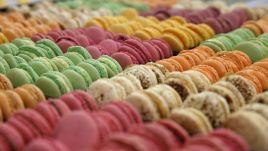 Makroner er småkaker laget av kvernet mandler, eggehvite, melis og sukker.Småkakene har en rund og kuppelformet fasong med flat bunn og en f...