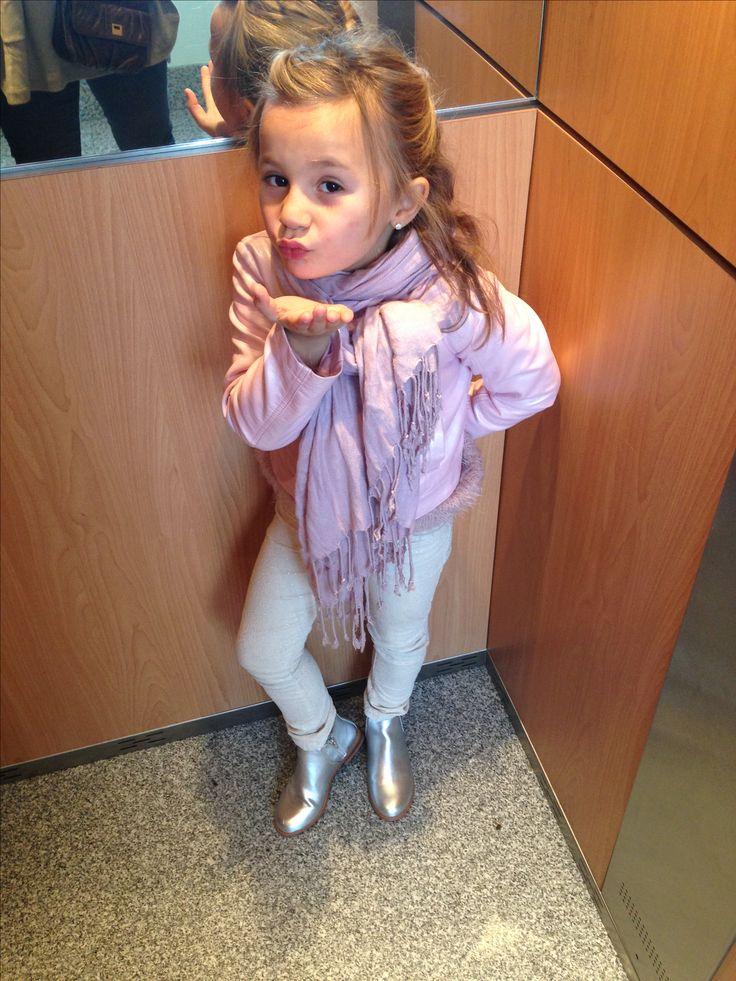 Invierno. 6 años. DE TAPAS Cazadora perfecto y pantalones H&M. Botines Zara Kids. Foulard Sfera.