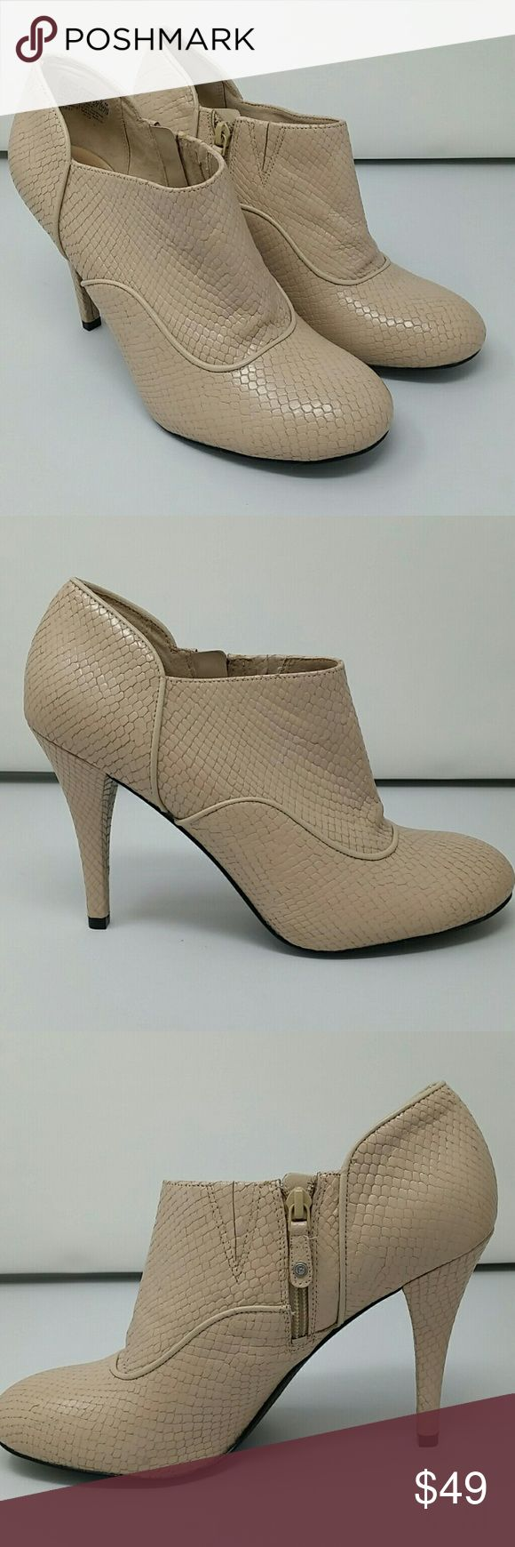 Rockport Presia Zip Shootie Ankle Boots Pumps 10 These were purchased, put away and never worn. I hope someone else can get better use out of them! They are a size 10 and are a faux snakeskin pattern in a beige-tan color. Rockport Shoes Ankle Boots & Booties