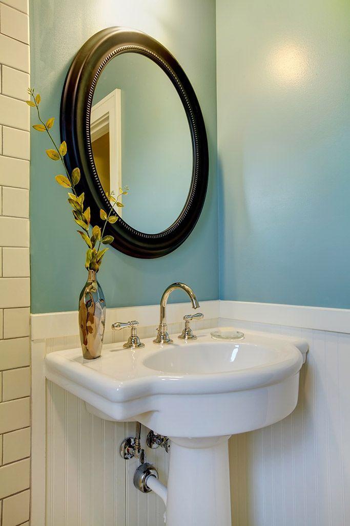 Simply soothing, this blue-and-white bathroom would surely be easy to come home to. #CILserenity __________________________On s'imagine aisément relaxer dans cette salle de bain bleu et blanc après une dure journée. #CILserenity