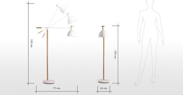 Sanfter, industrieller Look mit der komplett individuell einstellbaren Cohen Stehlampe in Weiß mit natürlichem Eichenholz.