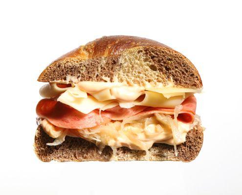 Storia del Pastrami e cronache di una coppia Newyorkese consolidata: pastrami e bagel. Un nuovo post degli amici di The Bagel Factory.