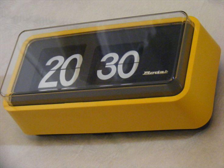 Horloge Bodet BT659 réceptrice à lamelles avec un boitier de couleur jaune.