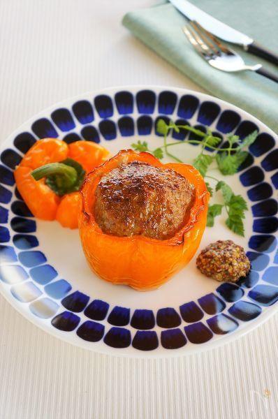 ファルシとは詰め物を詰めた料理のことです。  パプリカに肉だねを詰めてオーブンじっくり焼くと、パプリカの甘みがぐっと引き出されてとっても美味しいです。