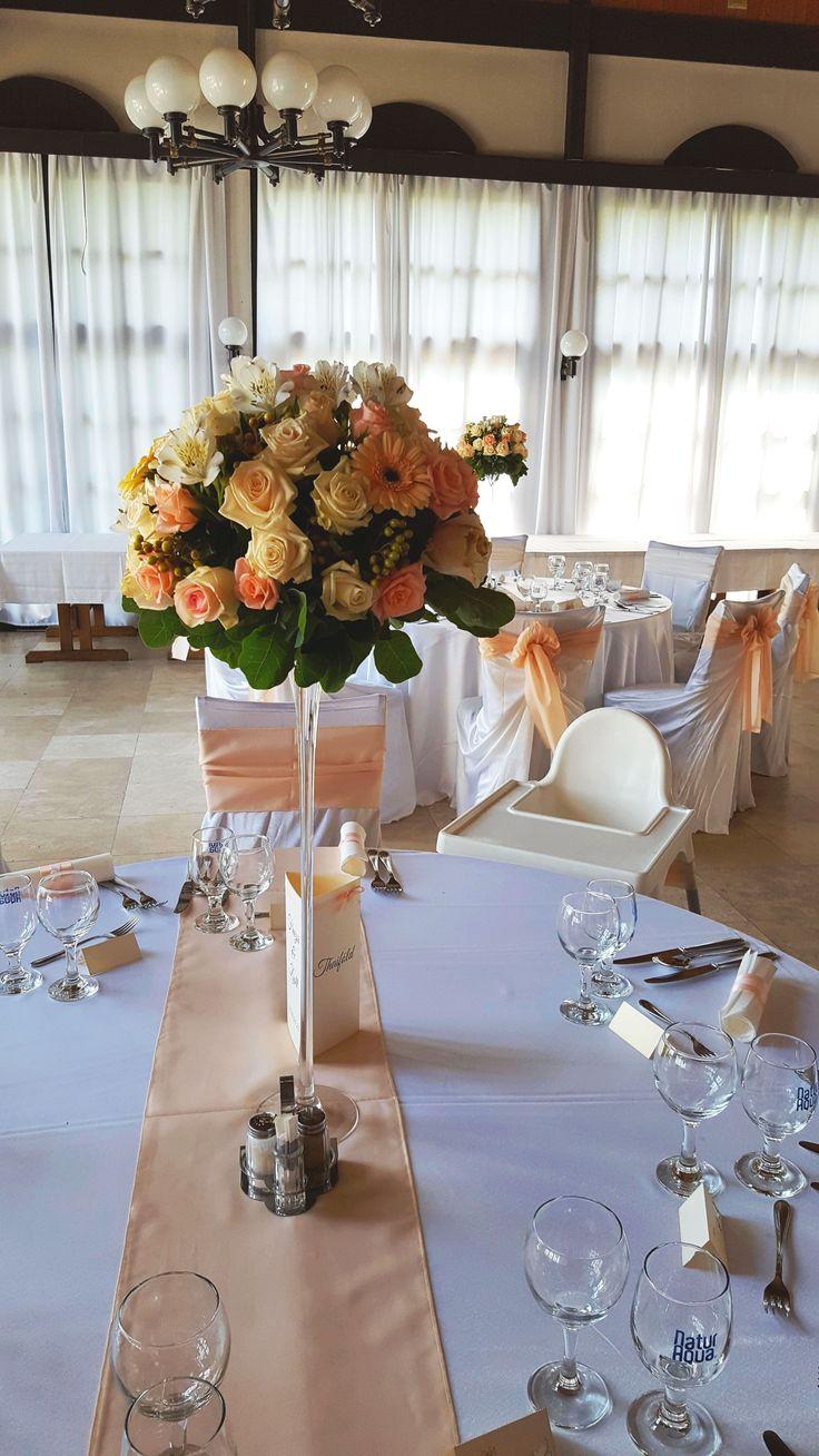 Barack és krém virágos esküvői asztaldísz rózsából, gerberából magas, vékony vázában. Nézs meg további referenciáinkat és kérd ajánlatunkat álmaid esküvői dekorációjára: http://eskuvoidekor.com/viragdekoracio